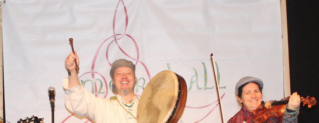 Ingo Lämmerhirt und Veronique Lämmerhirt mit Mearbhall beim Schottischen Tanzabend in der Kulturvilla Mettmann.